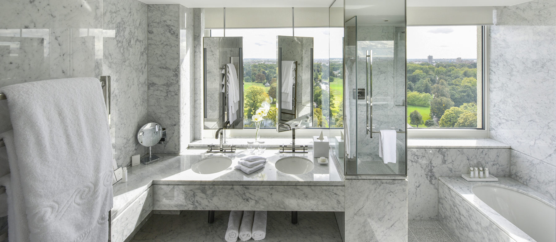 Bathroom with view on Hyde Park